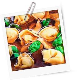 Porcini-Essenz mit Basilikumcappelletti